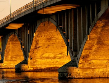 pont-viau-Last_light_under_the_bridge-Emmanuel-Huybrecht-Wikimedia